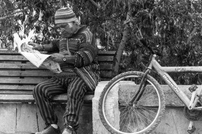 Hombre leyendo en un parque de San Pedro de Atacama (Chile), realizada por el fotógrafo Pepcandela