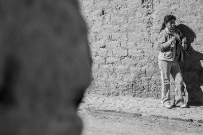 Mujer tejiendo sobre pared de adobe en San Pedro de Atacama (Chile), realizada por el fotógrafo Pepcandela