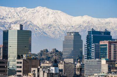 Vista de la ciudad de Santiago de Chile con la Cordillera de los Andes al fondo por el fotógrafo Pepcandela