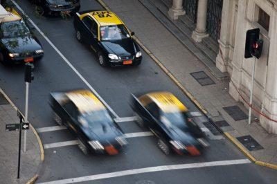 Taxi en movimiento en la ciudad de Santiago de Chile, realizada por el fotógrafo Pepcandela